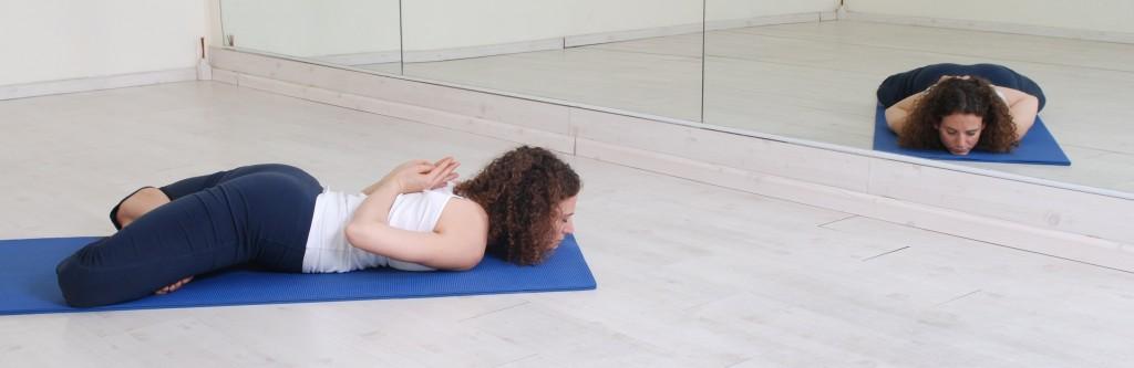 תנוחות ותרגילי יוגה: תנוחת הלוטוס המוסתר asana asanas yoga postures Gupta Padmasana