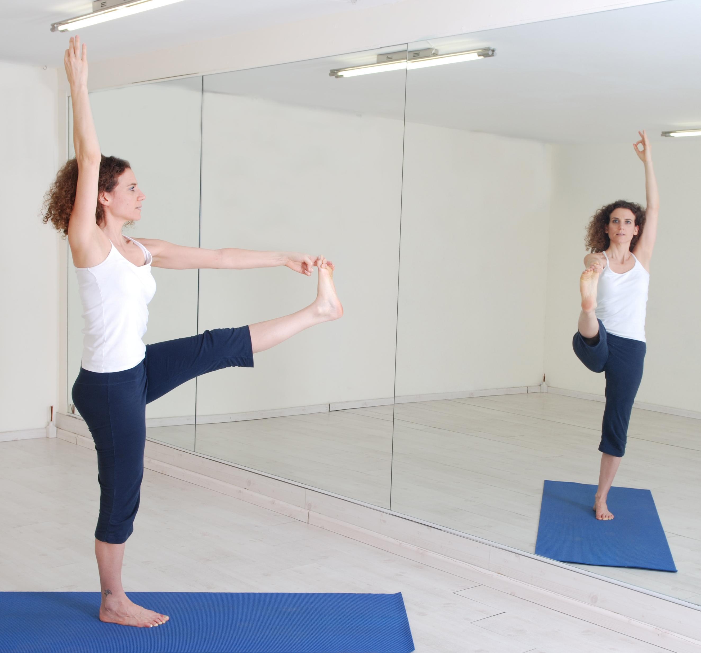 תנוחות ותרגילי יוגה: תנוחת היד שמורמת לבוהן הגדולה utthita hasta padangusthasana asana asanas yoga postures