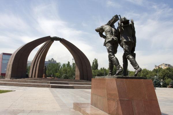 kirgizstan bishkek-world-war-monument06